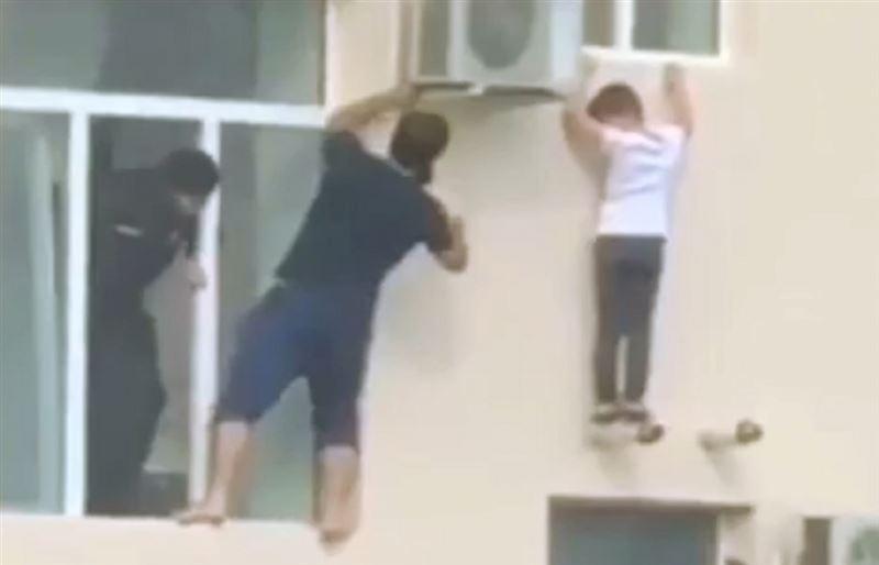 Житель Чечни без страховки спас оказавшегося за окном многоэтажки ребенка