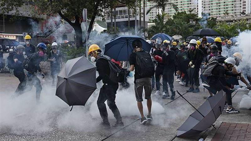 В Гонконге для разгона протестующих применили слезоточивый газ