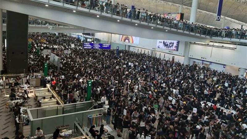 Все рейсы в аэропорту Гонконга отменили из-за демонстрантов