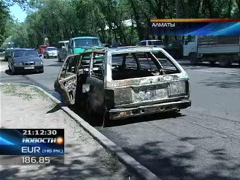 В Алматы огонь едва не уничтожил сразу несколько машин