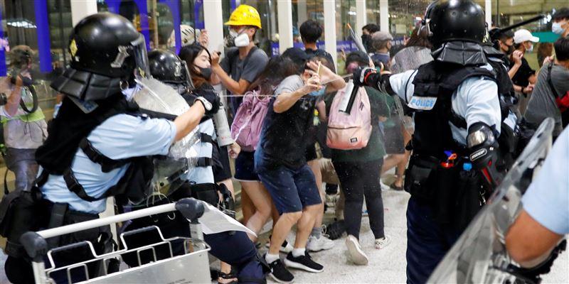 В аэропорту Гонконга проходят жестокие стычки митингующих с полицией