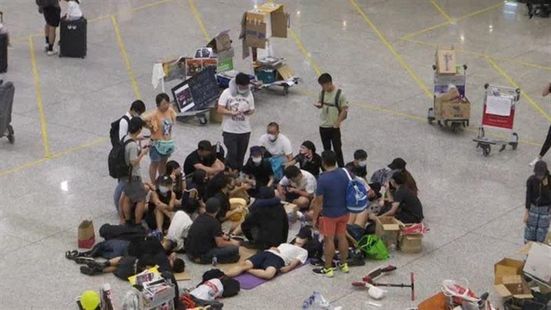 Суд Гонконга разрешил администрации аэропорта выдворять протестующих