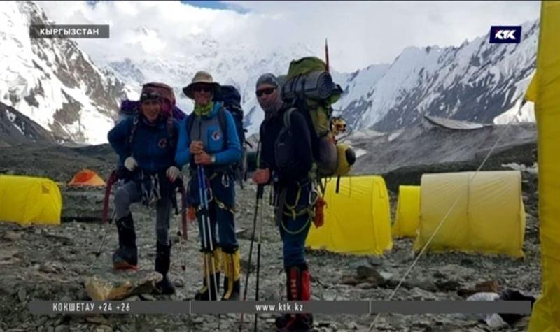 Поиски казахстанских альпинистов, покоривших пик Победы в Кыргызстане, затруднены сложными метеоусловиями и сходами лавин
