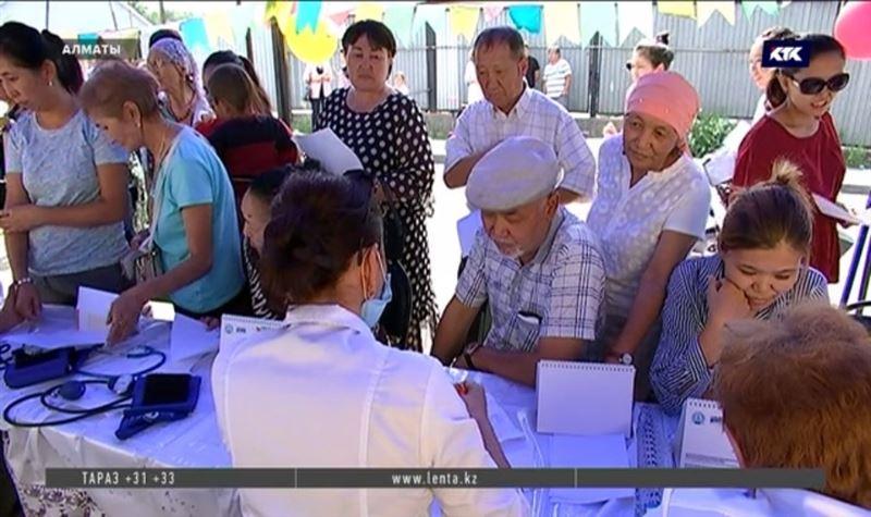 Медики Алматы ведут приём на улицах города