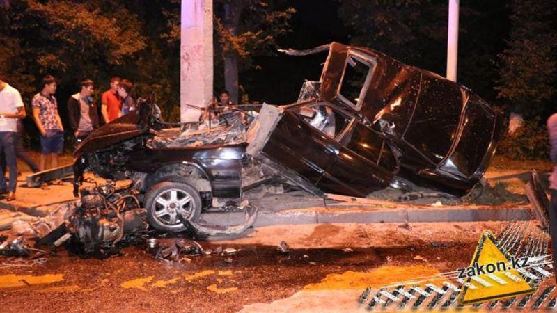 Авто разорвало на части в результате аварии в Алматы