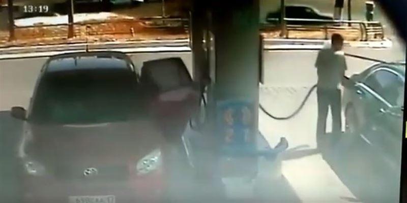 На заправке Helios работник слил у клиента бензин