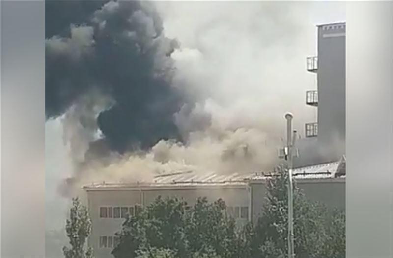 Горящий драмтеатр в Атырау тушат 40 человек