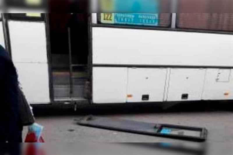 Қарағандыда автобус есігі әйелдің басына құлап кетті