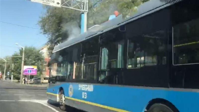 В Алматы сняли на видео дымящийся троллейбус