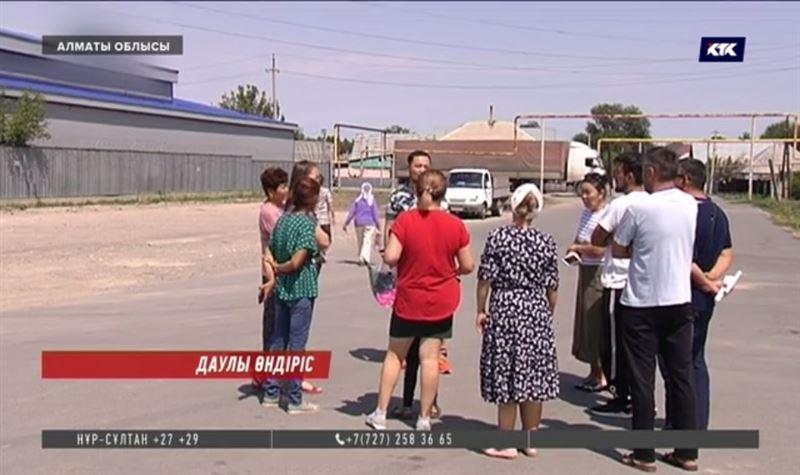 Алматы іргесіндегі ауыл тұрғындары дәрі-дәрмек цехынан уланып жатқанын айтты