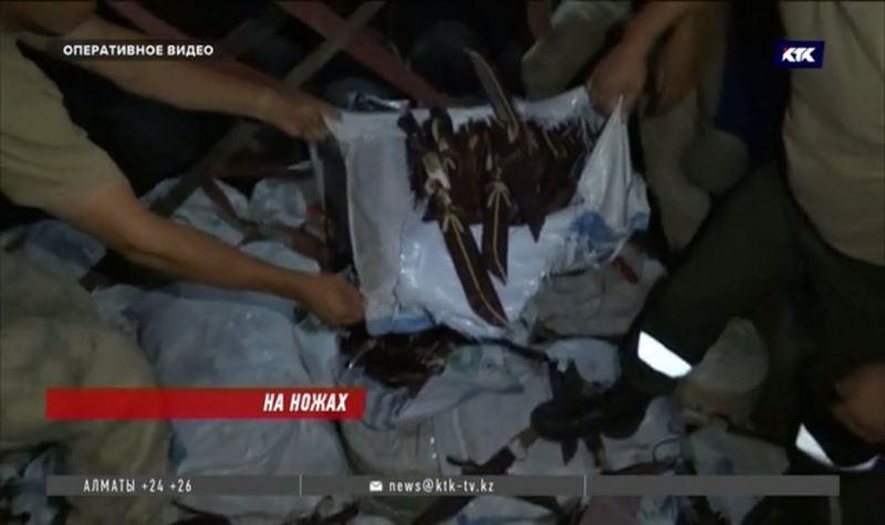 Россиянин пытался провезти в Казахстан 6 мешков ножей