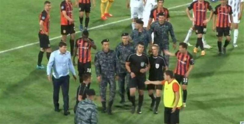 Ұлттық гвардия сарбаздары Шымкентте футбол төрешісін қорғап қалды
