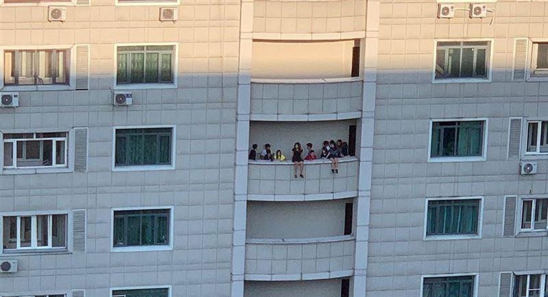 Биік үйдің балконында отырған балалар жұртты шошытты