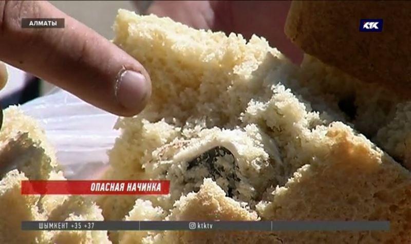 Пластмассу в свежем хлебе обнаружил алматинец за обедом