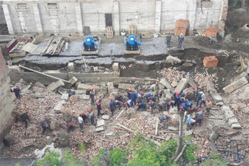 На рабочих обрушилась стена строящегося здания