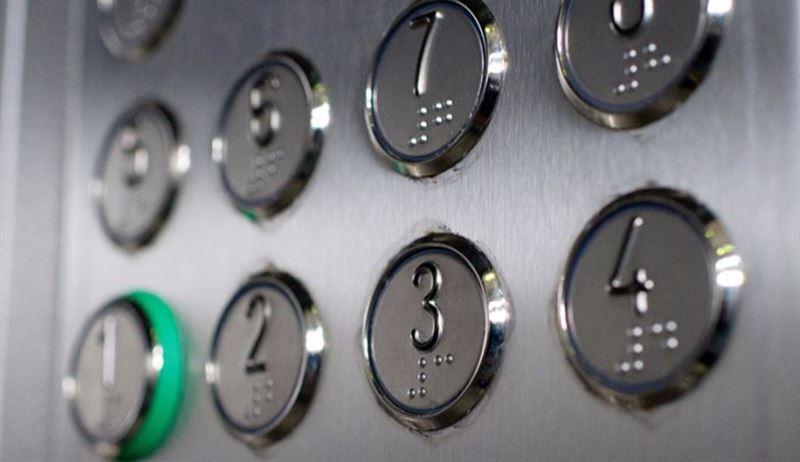 Женщины с маленькими детьми застряли в дымящемся лифте в Алматы