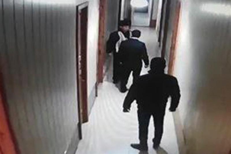 Қостанай облысында қызметкерін тепкен полиция басшысы видеоға түсіп қалды