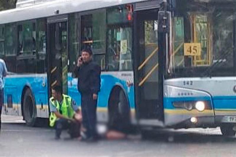 Алматыда автобус бойжеткенді басып кетті