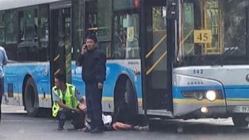 Автобус сбил девушку в Алматы
