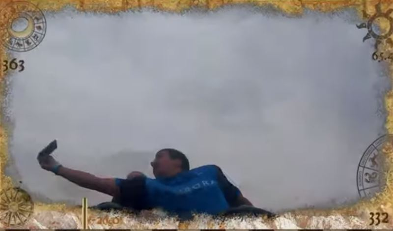 Мужчина поймал выпавший телефон во время катания на американских горках