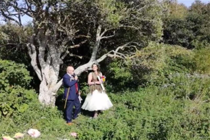 Женщина, вышедшая замуж за дерево, планирует взять его фамилию