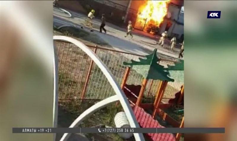 Взрыв в Туркестане: 1400 квадратных метров охвачены огнём
