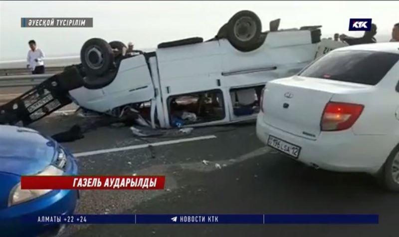 Ақтау-Жаңаөзен тас жолында 15 жолаушысы бар «Газель» аударылды