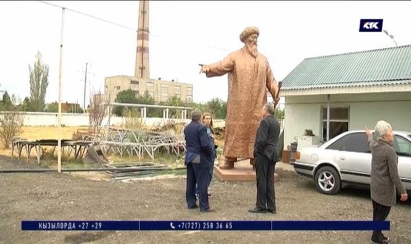 «Пытались его разрезать»: в Таразе изучают, какие «увечья» нанесли памятнику Жамбылу