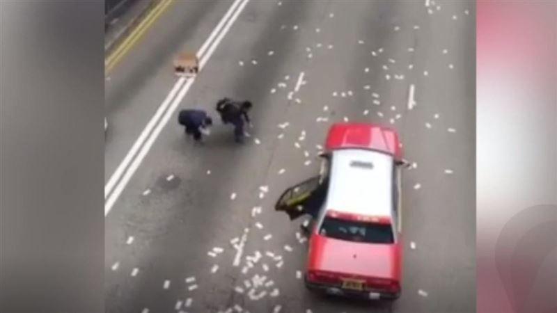 Житель Китая разбросал по дороге 100 тыс. юаней