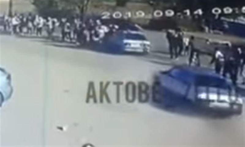 Автомобиль въехал в группу людей в ЗКО