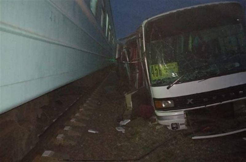 Спецкомиссия работает на месте ЧП с поездом и автобусом в Чемолгане