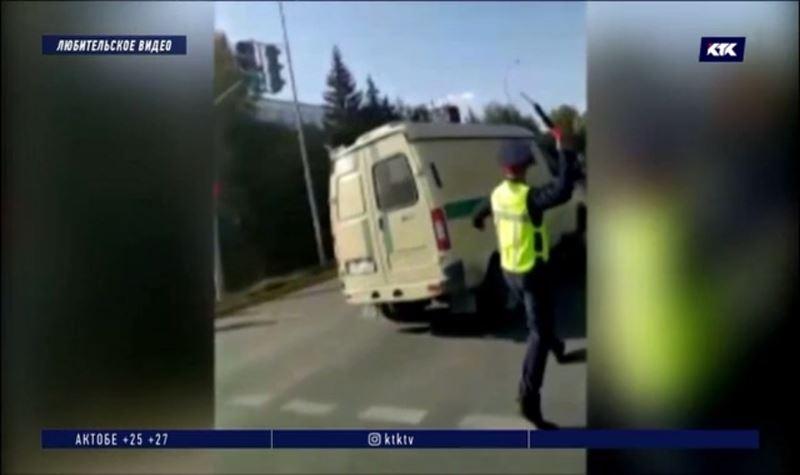 Полицейский, запустивший жезл в машину, продолжит работать