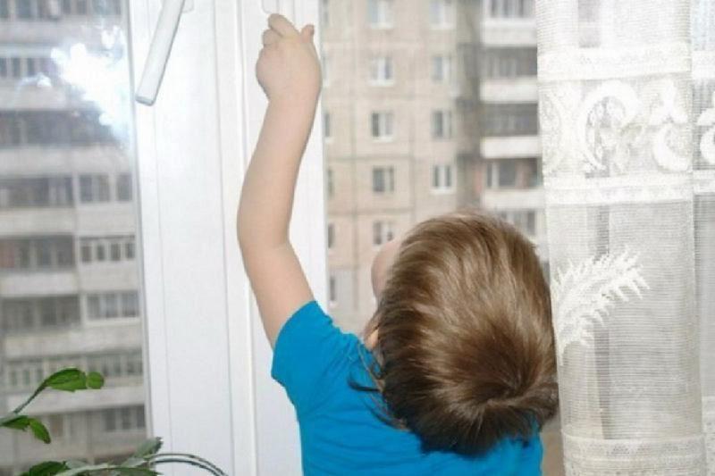 Павлодар облысында екі бала балконда қамалып қалды