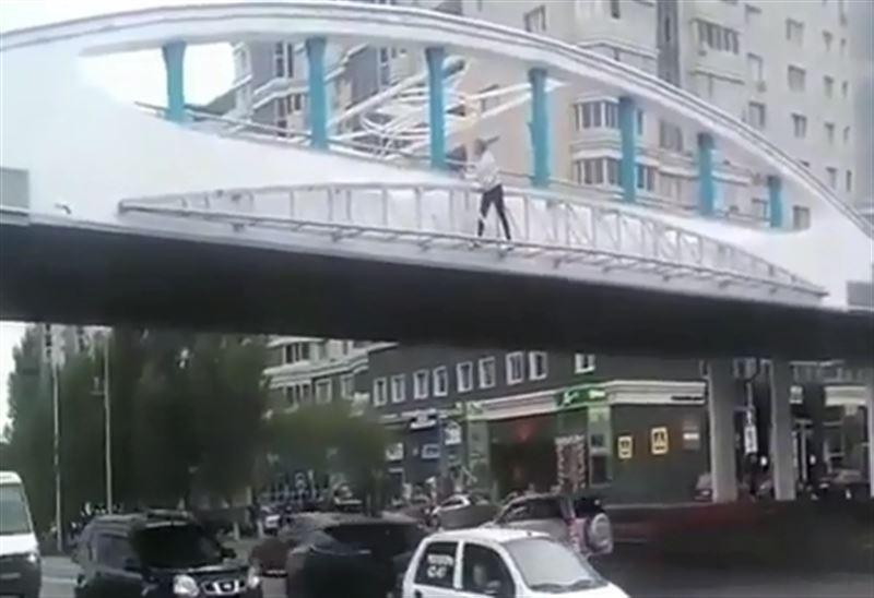 Женщина грозилась спрыгнуть с моста на оживленную дорогу