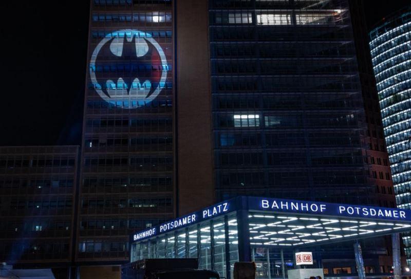 Знак Бэтмена появился на фасадах домов по всему миру
