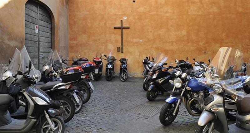 В Италии ввели оплату парковки молитвой