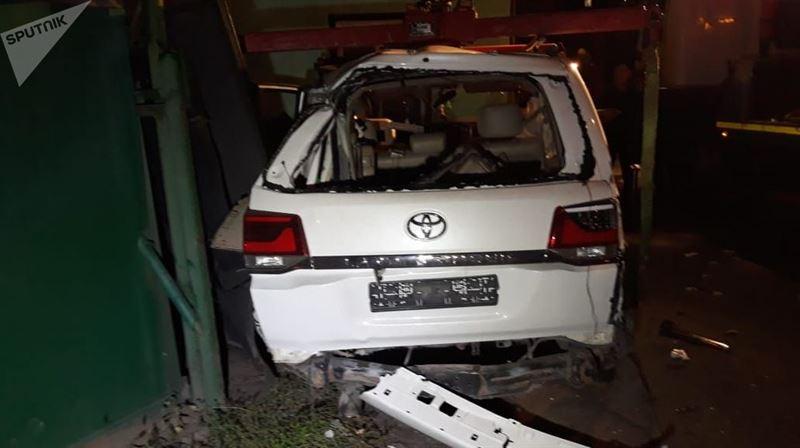 Внедорожник снес в столб и ворота автостоянки в Алматы
