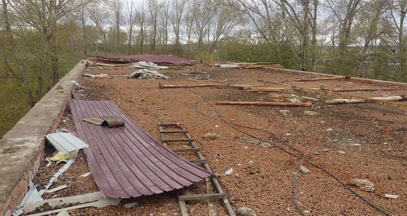 Порывы ветра снесли крыши со зданий в Акмолинской области