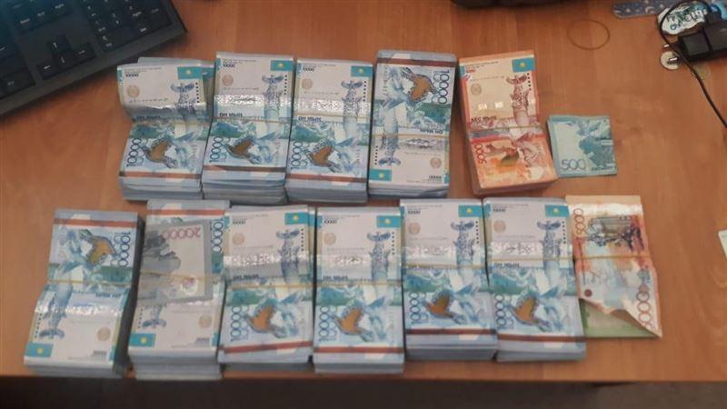 Более 10 млн тенге пытались ввести два казахстанца на территорию страны