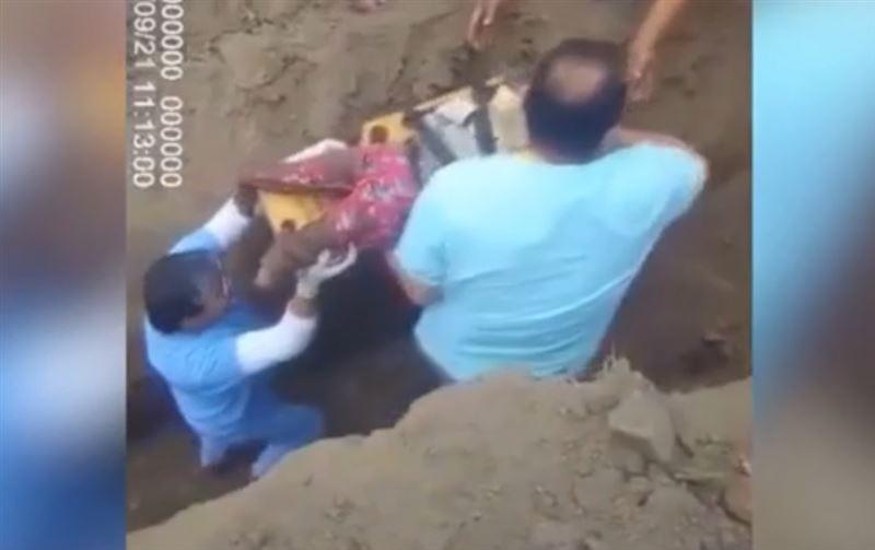 Полугодовалая девочка и собака рухнули в скважину