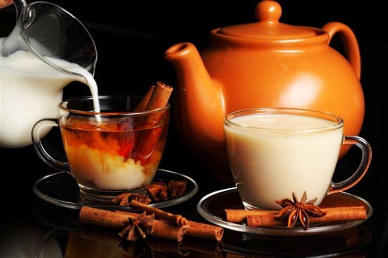 Ученые рассказали об опасности чая с молоком