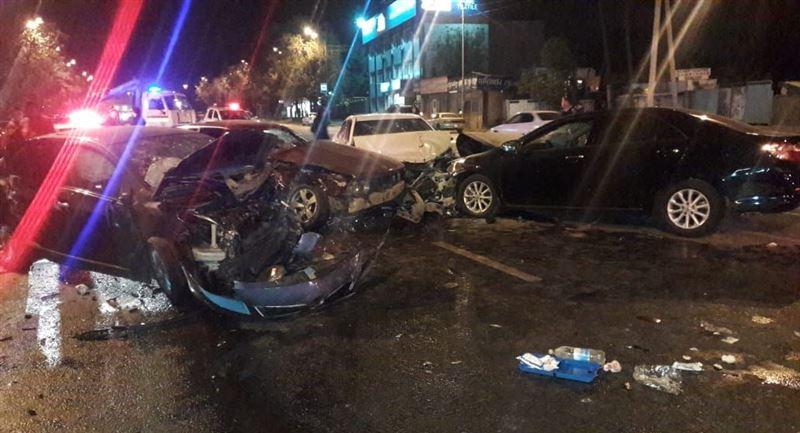 Авария с участием четырех машин и автобуса произошла в Алматы