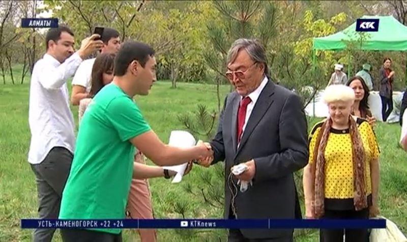 Яблоневую аллею на «Атакенте» назвали в честь Олжаса Сулейменова