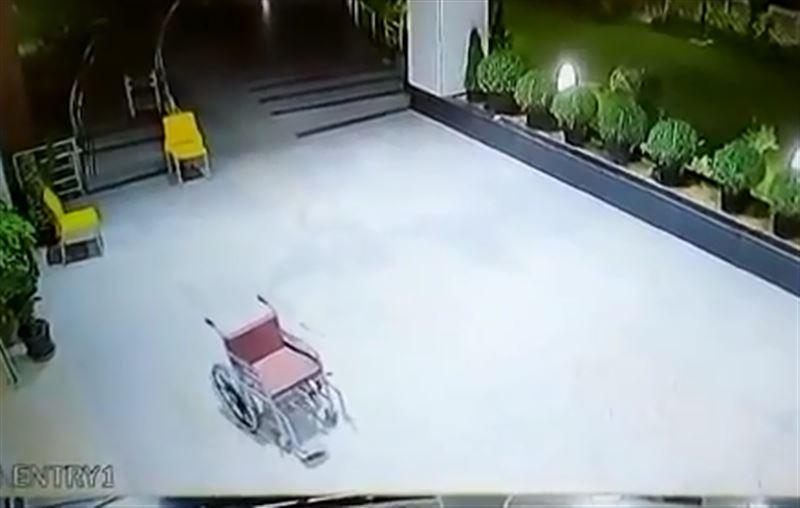Камера наблюдения запечатлела двигающееся самостоятельно инвалидное кресло