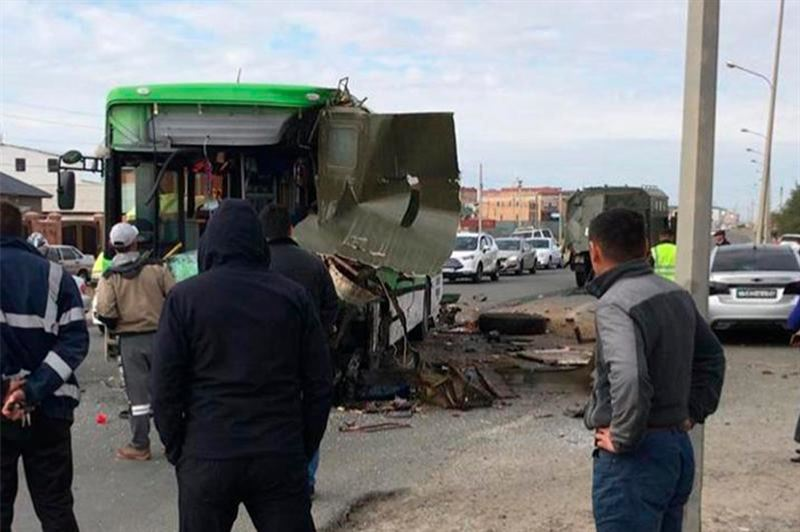 Атырауда автобус жүк көлігімен соқтығысып,  12 адам жарақаттанды