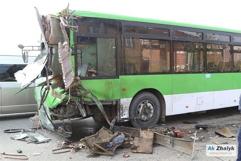 12 человек пострадали в аварии с автобусом и грузовиком