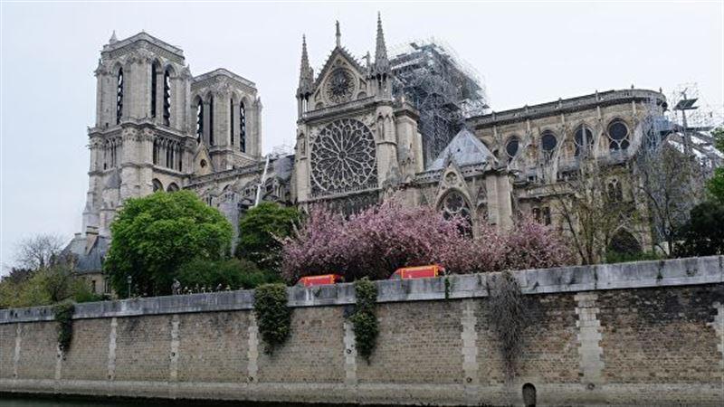 Колокол собора Парижской Богоматери ударил впервые после пожара в память о Жаке Шираке