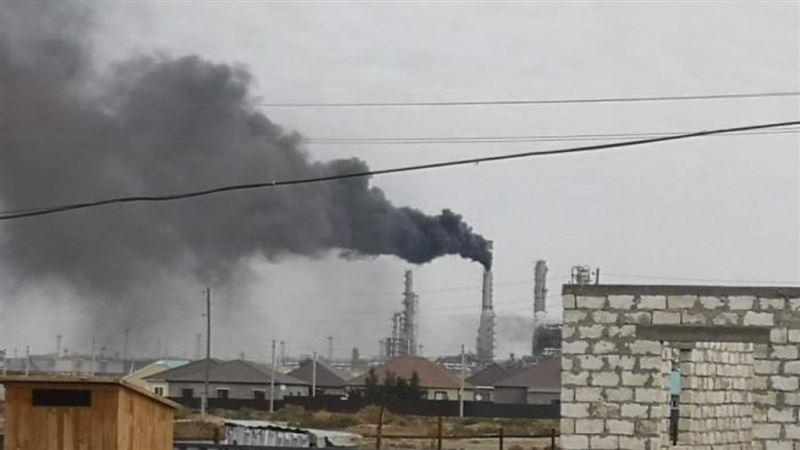 Жители Атырау заметили черный дым, выброшенный с территории НПЗ