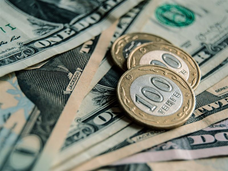 В столичных обменниках за доллар просят 390 тенге