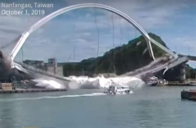 В результате обрушения моста на Тайване погибли двое